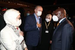 Le président turc et son épouse sont accueillis par le ministre angolais des Affaires étrangères, à Luanda, le 17 octobre 2021.