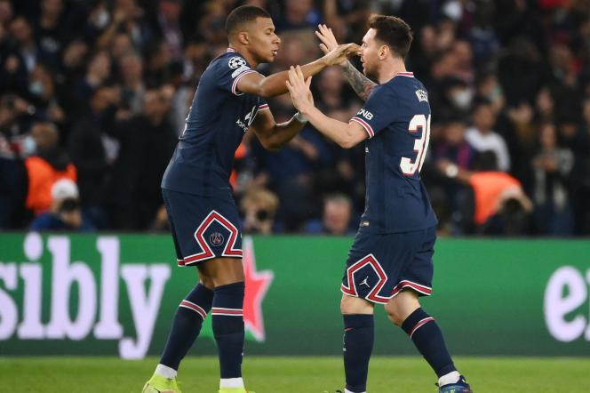 Lionel Messi, ici félicité par Kylian Mbappé, a inscrit un doublé face à Leipzig, le 19octobre2021, au Parc des Princes.