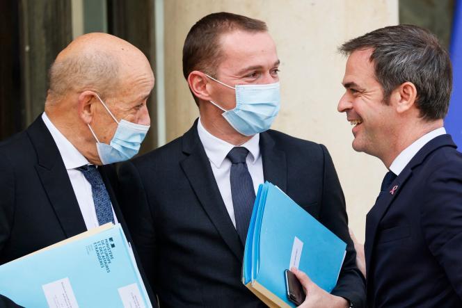 Jean-Yves Le Drian, Olivier Dussopt et Olivier Véran, devant le palais de l'Elysée, le 7 octobre.