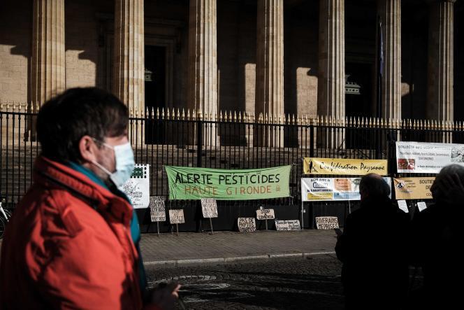 Manifestation contre les résidus de pesticides, devant la cour d'appel de Bordeaux, le 13 octobre 2021.