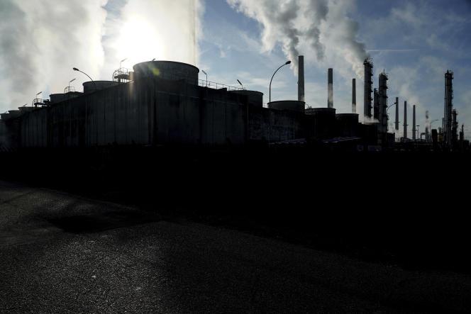 De la fumée s'élève des cheminées de la raffinerie Total de Feyzin (Rhône), le 15octobre 2021.