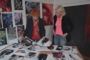 La photographe Herlinde Koelbl et la journaliste Marion Van Renterghem, dans«Recherche Merkel désespérément» (2021).