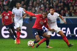 Le milieu lillois Renato Sanches face au défenseur sévillan Sergio Escudero, le 20octobre 2021.