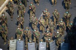 Des soldats birmans, pendant une manifestation contre le coup d'Etat militaire, le 28février 2021 à Rangoun.