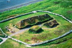 Reconstitution d'un habitat viking près du site de l'Anse aux Meadows (Terre-Neuve, Canada).