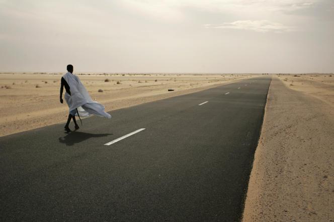 Un homme marche sur la route entre Nouakchott et Nouadhibou, en Mauritanie, en 2009.