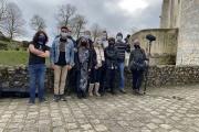 L'équipe du tournage d'«Un rêve de cinéma» pose devant le château de Nogent-le-Rotrou (Eure-et-Loir).