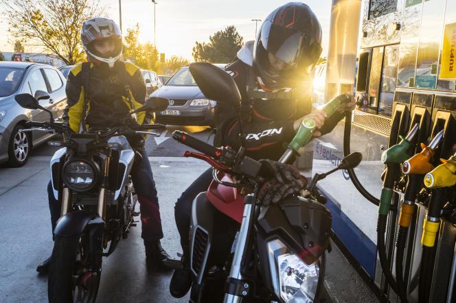 Aux pompes à essence d'un hypermarché, à Dijon, le 19 octobre 2021.
