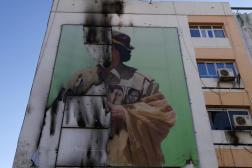 Une affiche déchirée de Mouammar Kadhafi à Tripoli, en septembre 2011.