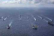 Des porte-avions britanniques et américains, et les forces maritimes japonaises, en mer des Philippines, le 3 octobre 2021.