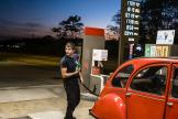 Ekhi, 22 ans, mécanicien.Ici à la station essence de l'hypermarché Leclerc, à Dijon, le 19octobre.