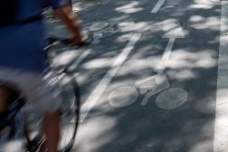 Un cycliste à Paris, le 4 septembre 2021.