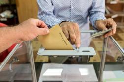 Un homme dépose son bulletin de vote lors du premier tour de la présidentielle,àRemire-Montjoly (Guyane), en avril 2017.