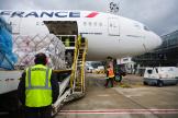 Chargement du fret dans la soute d'un avion de ligne à l'aéroport de Paris-Charles de Gaulle, en mai 2021.