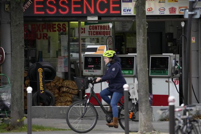 Une Parisienne à vélo, le 21 octobre 2021.