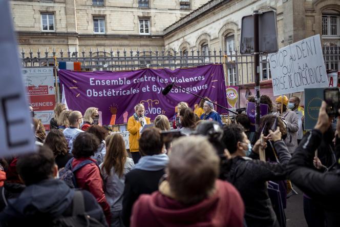 Rassemblement appelé par le collectif Stop aux violences obstétricales et gynécologiques devant l'hôpital Tenon, à Paris, le 2octobre2021.