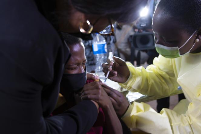 La vaccination d'un enfant dans le township de Diepsloot, à Johannesburg, le 21 octobre 2021.