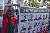 Des manifestants antigouvernementaux portent une affiche figurant des militants emprisonnés, à Alger, le 7mai 2021.