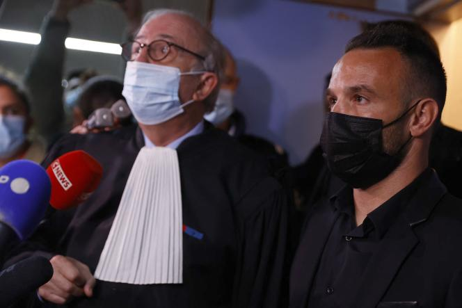 Mathieu Valbuena (à droite), aux côtés de son avocat Paul-Albert Iweins, au tribunal correctionnel de Versailles, le 20 octobre 2021.