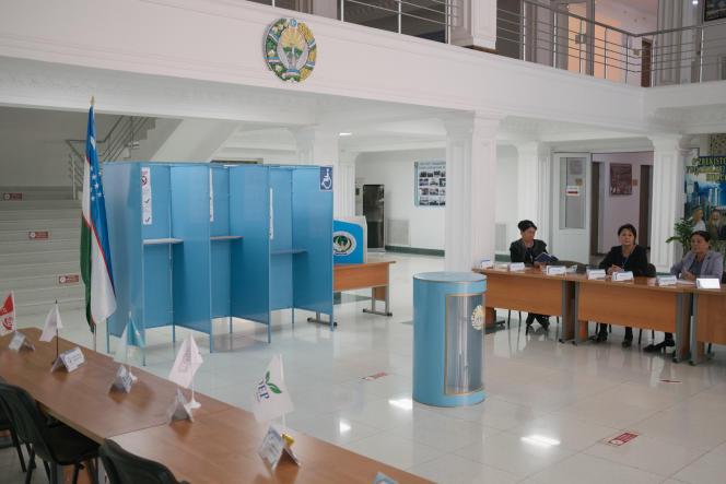 Préparation d'un bureau de vote, dans une université, à Termez, près de la frontière afghane, le 21 octobre 2021.