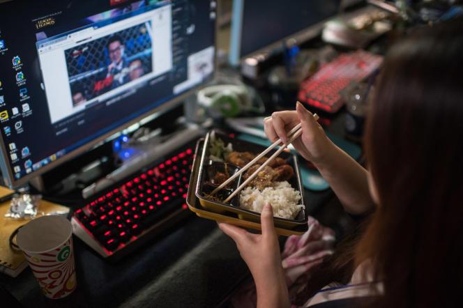 L'usage des baguettes alimentaires en Chineremonterait à une période située entre les VIe et IIIe siècles avant notre ère.