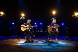Caetano Veloso et Gilberto Gil sur la scène du Montreux Jazz Festival, à Montreux (Suisse), en juillet 2015.