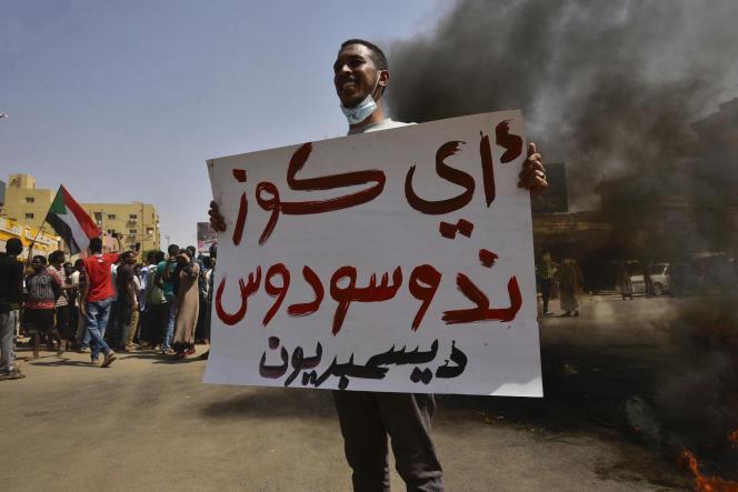 Un manifestant soudanais brandit une pancarte lors d'une manifestation à Bahri, près de Khartoum, le 21octobre 2021.