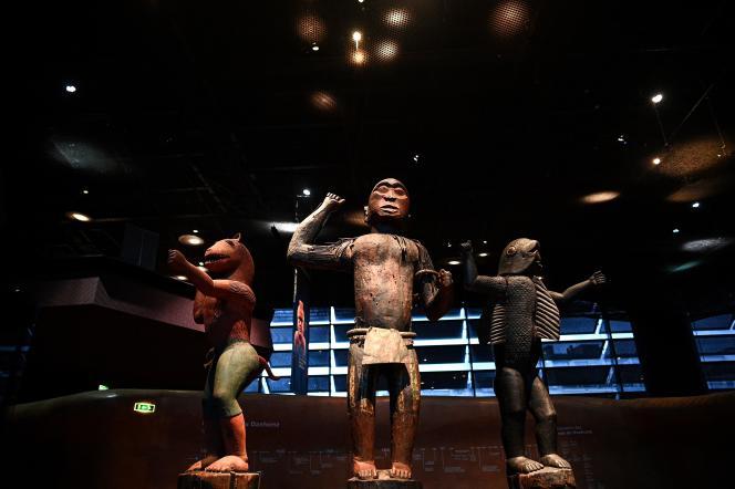 Trois statues des trésors royaux d'Abomey, exposées au Musée du quai Branly à Paris, le 10 septembre 2021.