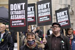 Des manifestants protestent contre une possible extradition de Julian Assange, à Londres, le 23 octobre 2021.