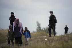 Des membres des forces de l'ordre en patrouille près d'un camp de migrants à Calais (Pas-de-Calais), le jeudi 14 octobre 2021.