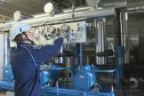 Un technicien d'Axima(Equans) travaille sur une installation frigorifique pour la grande distribution, en juillet 2016.