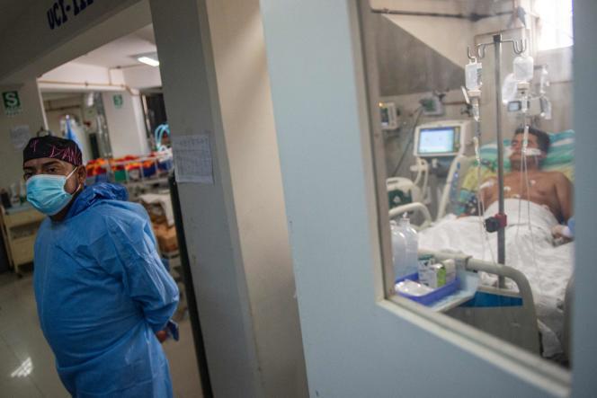 Un patient souffrant du Covid-19, à l'hôpital de Sullana, dans le nord du Pérou, le 19octobre 2021.