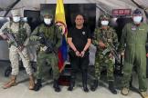 Des militaires colombiens escortent le baron de la drogue Dairo Antonio Usuga, alias «Otoniel», après sa capture à Bogota, le 23 octobre 2021.