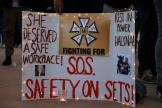 Une pancarte appelant à la sécurité sur les tournages de films, à Albuquerque aux Etats-Unis, le 23 octobre 2021.