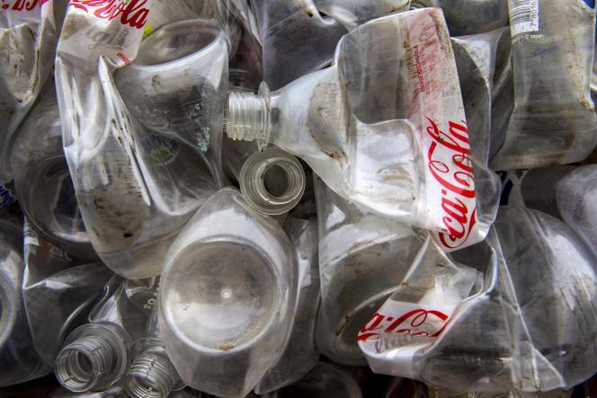Des bouteilles en plastique de Coca-Cola, compressées dans un entrepôt du sud de la ville de Santiago (Chili), en août 2019.