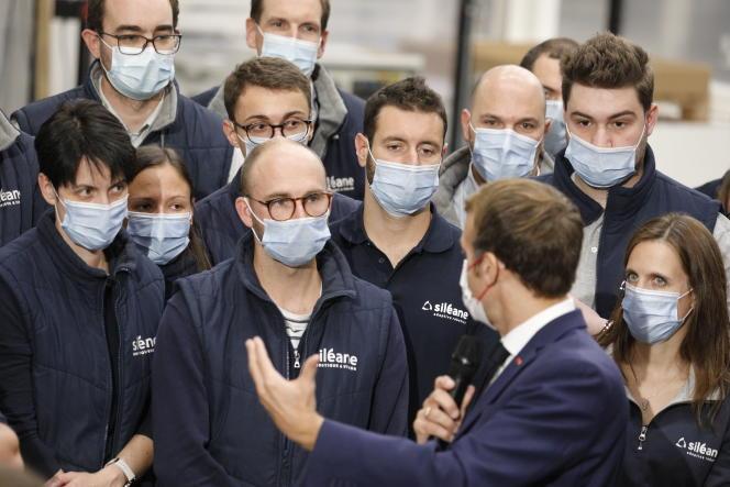 Emmanuel Macron s'entretient avec les employés de l'entreprise stéphanoise spécialisée en robotique Siléane, le 25 octobre 2021.