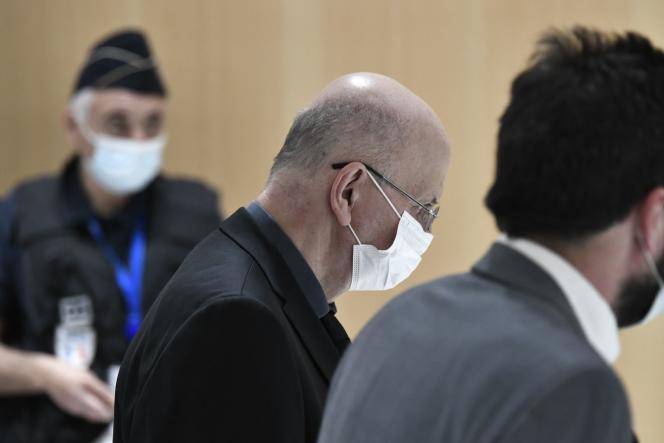 Patrick Buisson arrive pour comparaître dans l'affaire dite des «sondages de l'Elysée», au tribunal de Paris, le 18 octobre 2021.
