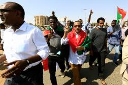Des manifestants se rassemblaient dans les rues de Khartoum, lundi 25 octobre, pour protester contre les arrestations par les militaires.