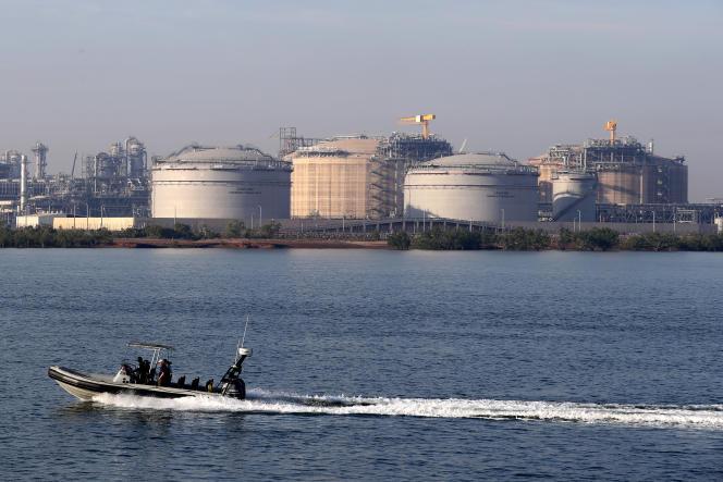 Un bateau passe devant un terminal de gaz naturel liquide à Darwin, en Australie, le 6 juillet 2018.