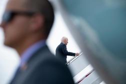 Joe Biden monte à bord d'Air Force One avant de partir pour le Royaume-Uni et l'Europe, dans le Maryland, le 9 juin 2021.