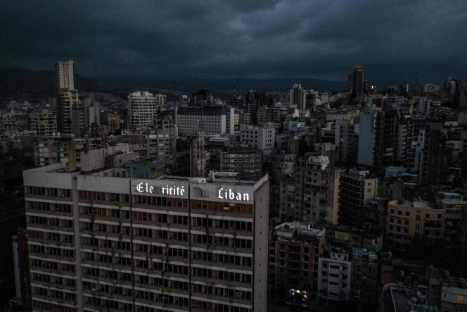 Le siège endommagé de la compagnie d'électricité libanaise (EDL), lors d'une panne d'électricité massive, à Beyrouth, en avril 2021.