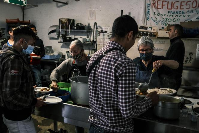 Des migrants afghans, iraniens et africains arrivés pendant la nuit prennent un repas au «Refuge Solidaire» à Briançon, le 29 septembre 2020.