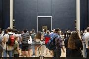 Devant « La Joconde», au Louvre, à Paris.
