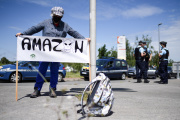 Une femme opposée à l'installation d'Amazon à Montbert, près de Nantes, brandit une pancarte, le 29 mai.