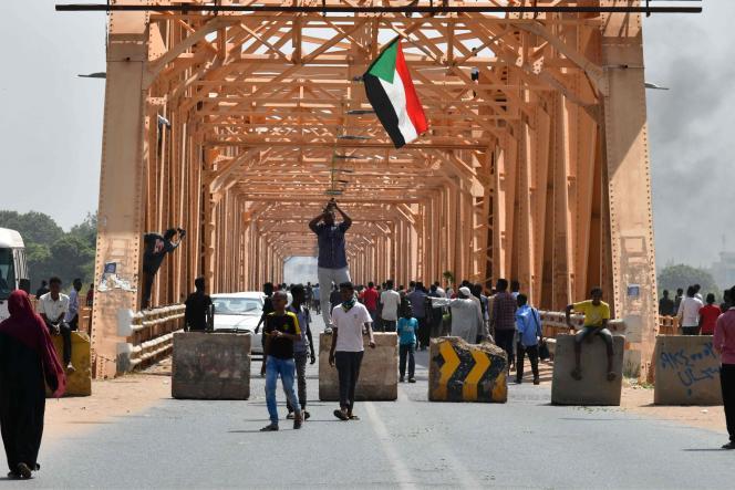 Manifestation contre un coup d'Etat militaire au Soudan, à Omdurman, le 25 octobre 2021 .