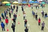 Des habitants de Lanzhou attendent de faire un test du Covid-19 dans une école dela ville, mardi 26 octobre.