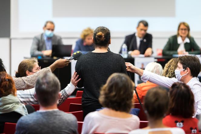 Une femme témoigne lors de la première réunion publique organisée par la Ciivise, à Nantes, le 20 octobre 2021.