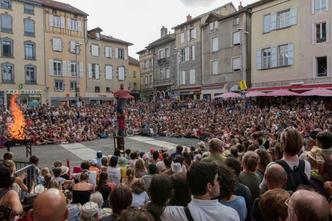 La compagnie des «Frères Troubouch» en représentation lors du Festival international de théâtre de rue d'Aurillac, en août 2018.