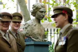 Inauguration du buste rendant hommage à Noor Inayat Khan, en présence de la princesse Anne, à Londres,le 8 novembre 2012.