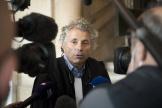 Gilles-William Goldnadel, l'avocat de la famille Knoll, s'adresse aux médias dans la cour du Palais de justice de Paris, le 26 octobre 2021.